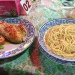 spaghetti all'olio e pollo alla piastra