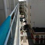 Uitzicht vanaf kamer 403 vanaf balkon naar links richting plein