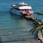De party boot en aanlegstijger voor boot naar Formentera