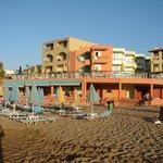 Blick v Strand aufs Hotel