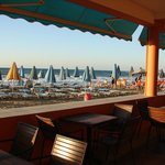 Blick von Hotelbaar-Strandbaar auf Strand