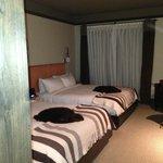 Chambre avec peaux de castor sur les lits