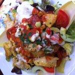 Salat mit zwei warmen Soßen