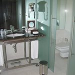 Salle de bain avec baignoire, douche, WC, bidet et une vasque