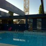 la piscine, transats défoncés