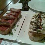 tosta de secreto iberico y  tosta de queso de cabra sobre cebolla caramelizada