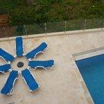Clin d'œil poétique à la piscine, vu du balcon de la chambre.