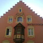 la facciata che da sulla piazzetta antistante l'albergo