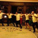 Персонал танцует для гостей