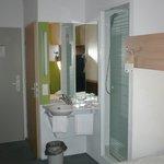 Blick auf Waschbecken (im Zimmer) und Dusche