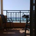 Вид из комнаты через балкон на море