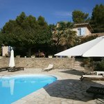 La belle piscine et la terrasse ombragée