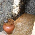 Douche extérieure avec la jarre d'eau douce