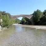 Pont roman d' Entrechaux à 1km