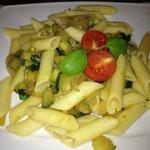Penne zucchine, cipolla e pomodorini