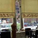 vista della piazza Duomo dal tavolo sotto il portico