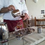 Il titolare mentre prepara l'Irish Coffee