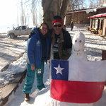 Com a bandeira do Chile na frente da pousada.