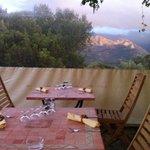 vue montagne depuis notre table sous une veranda