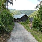 Hacia los campos de arroz. Antes de llegar al letrero hay que tomar el camino de la siguiente fo