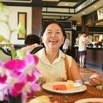 รอยยิ้มของแม่ ที่มีความสุขกับการได้พักผ่อนที่นี้ และอาหารเช้าหลากหลาย อิ่มจุงเบย...