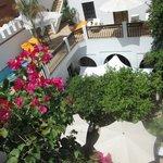 vue de la terrasse de la chambre 7 sur la piscine et la cour