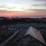Flot solnedgang over havnen set fra restauranten