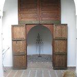 porte pour rejoindre la chambre 1 a droite et la 2 a gauche