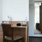 Schreibplatz mit Minibar im zimmer