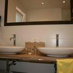 Waschtische im Badezimmer (mit Fenster)