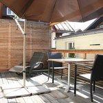 Freisitz mit Liegen, Sonnenschirm, Sichtschutz aus Holz zum Nachbarn