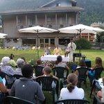 Messa nel giardino dell'albergo