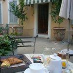 Frühstück im schönen Innenhof