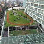 vista de la pista para correr, tenis y piscina
