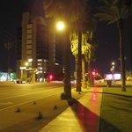 ホテル入口に面した夜の景色