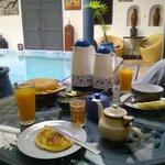 Le petit-déjeuner (avec jus d'oranges pressé)