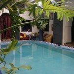 L'entrée du riad avec sa cour et sa petite piscine