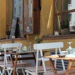 Tische vor dem Lokal auf der Fraunhoferstraße