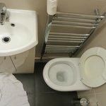 Onbruikbaar toilet en minuscule wastafel