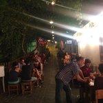 La rue du restaurant est recouverte de plantes grimpantes, éclairée et ventilée : très romantiqu
