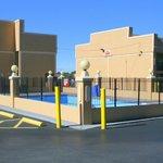 Pool wirklich mitten auf dem Parkplatz