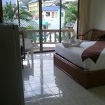 Zimmer mit Klima, Kühlschrank, Balkon, Fernseher etc.