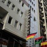 Ingang hotel aan drukke straat