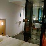 ホテルの部屋。ベッド側からシャワールーム見る