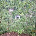 展望台から絶壁を通る鉄道