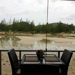 la spiaggia su cui affaccia il ristorante