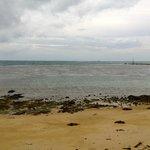 la spiaggia su cui affacciano i bungalow