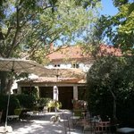 terraza-jardín para comer y cenar en la Villa Glanum
