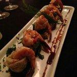 sushi de acelga e camarão. recheio de salmão