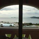 Toller Blick aus dem Zimmer über Balkon Richtung Pool u. Bucht hin